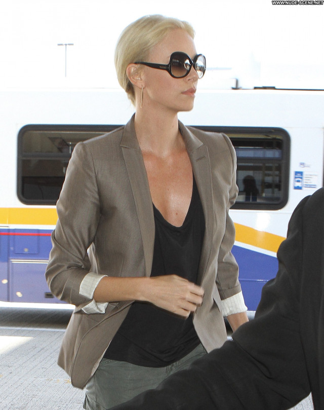 Charlize Theron No Source Posing Hot Beautiful Babe High Resolution