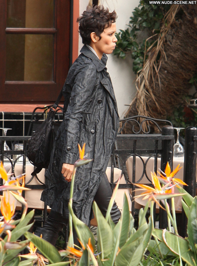 Halle Berry No Source  Celebrity Posing Hot Beautiful Babe Restaurant